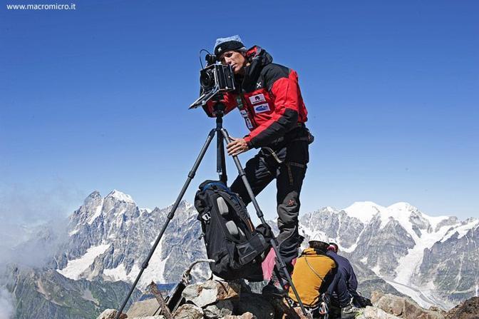 Fabiano Ventura mentre fotografa un panorama dalla vetta del Banguriani (3.885 m).