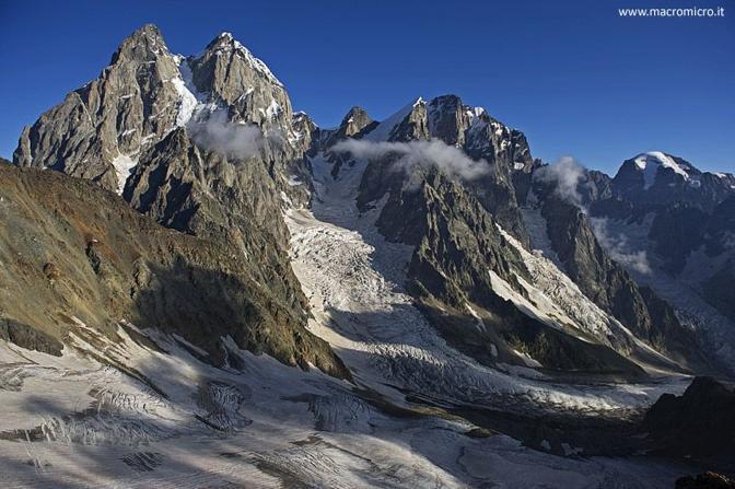 Il monte Ushba con i suoi ghiacciai, chiamato anche il Cervino del Caucaso. Foto  Fabiano Ventura