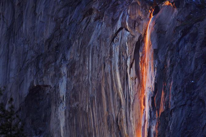 Grazie a un particolare allineamento tra la posizione del sole al tramonto e l'angolazione della cascata Coda di cavallo (Horsetail Fall), l'acqua sembra diventare di lava (Reuters)