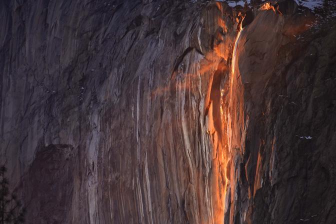 Il fenomeno dura solo due minuti, ma attira fotografi da tutto il mondo per scattare immagini spettacolari (Reuters)