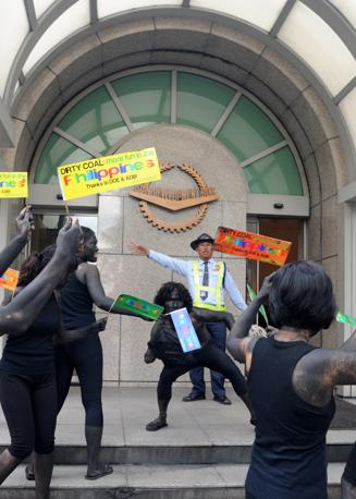 Gli attivisti di Greenpeace travestiti da demoni del carbone protestano a Manila davanti all'Asian Development Bank (ADB) durante il settimo Clean Energy (Afp/Directo)