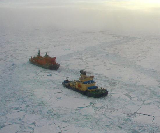 A sinistra il rompighiaccio «50mo Anniversario della Vittoria» in navigazione artica
