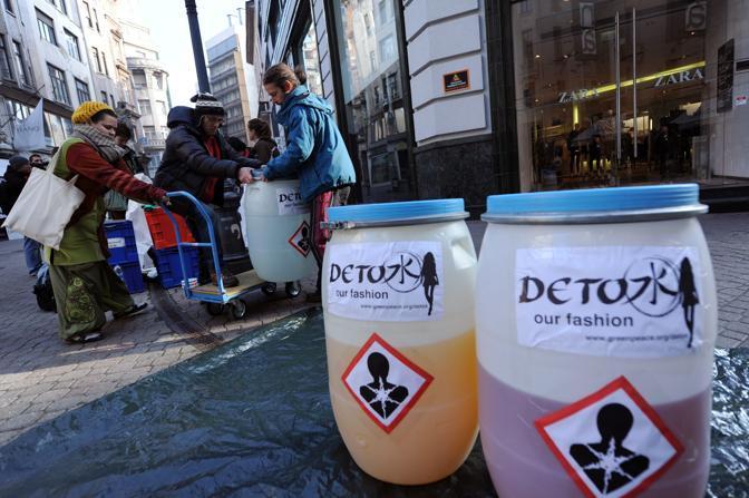 Greenpeace, con una sfilata a Pechino, denuncia le grandi catene di moda che vendono indumenti contaminati da sostanze chimiche pericolose che possono alterare il sistema ormonale (Afp)