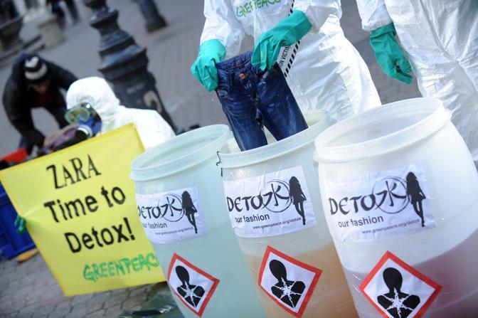 In particolare sotto accusa Zara, di cui 4 capi analizzati risultano contaminati da alti livelli di ftalati tossici, e altri due presentano tracce di un'ammina cancerogena derivante dai coloranti azoici (Afp)