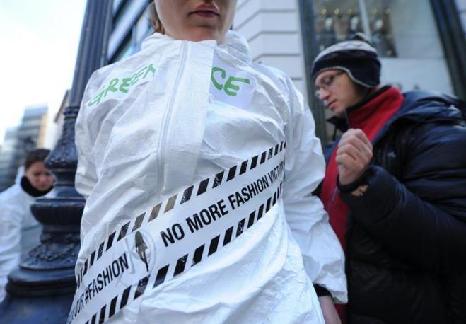 Le analisi chimiche eseguite da Greenpeace hanno riguardato 141 articoli dei 20 principali brand di moda (Afp)