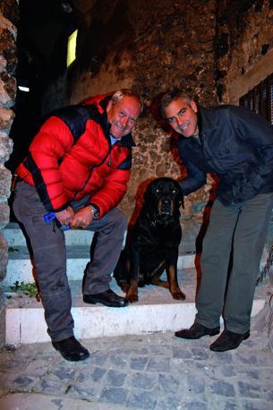 Massimo Perla e George Clooney con il rottweiler Lars sul set di The American