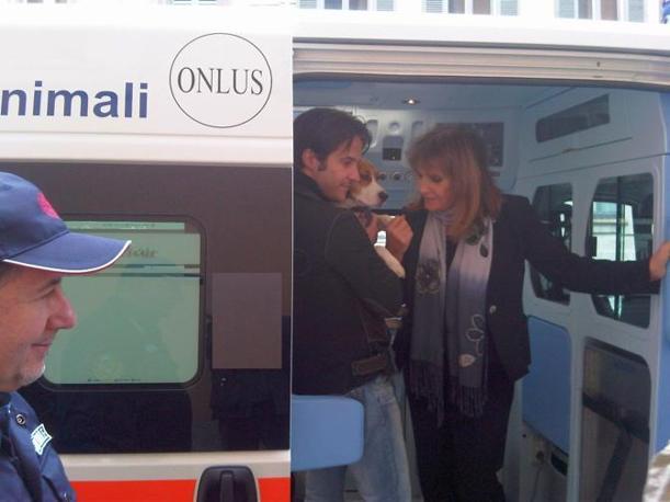 Carla Rocchi, presidente nazionale dell'Enpa, a bordo della nuova ambulanza «Isotta»