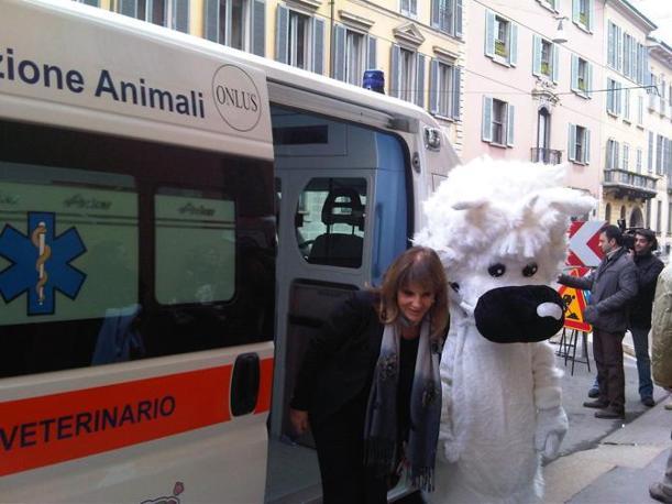 Carla Rocchi con Westy, la mascotte dell'iniziativa, che rappresenta un simpatico West Highland White Terrier
