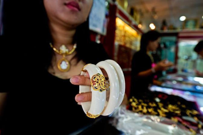 Braccialetti di avorio illegale in Thailandia (Wwf-Canon)