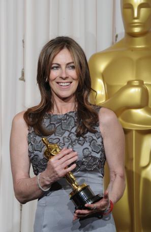 Una sorridente Kathryn Bigelow in posa con l'Oscar conquistato per la miglior regia. E' la prima volta, in 82 anni, che il riconoscimento viene assegnato ad una donna (Afp)