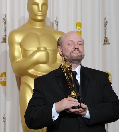 Juan Jose Campanella con l'Oscar per il miglior film straniero andato a «El Secreto de Sus Ojos» (Afp)