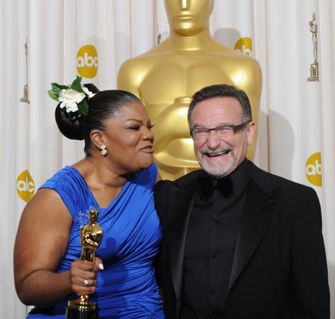 Mo'nique, migliore attrice non protagonista, in posa con Robin Williams (Afp)