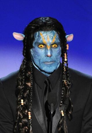 Volto blu in perfetto stile Avatar, il film dell'anno che si presentava agli Oscar come grande favorito ma che è stato sconfitto, per i premi principali, da The Hurt Locker: Ben Stiller si è presentato così sul palco del Koadk Theatre. All'attore di «Una notte al museo» e di «Ti presento i miei» è toccato il compito di assegnare, manco a dirlo, il premo per il miglior makeup (Ap)