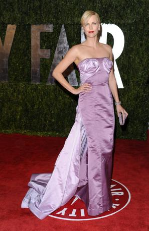 Nessun cambio d'abito per Charlize Theron: alla premiazione e dopo sempre lo stesso abito lilla con gioco di stoffa arricciata sul seno e strascico. Peccato (Ap)