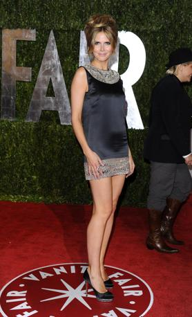Heidi Klum sale in cima e accorcia al minimo il suo vestito (Ap)