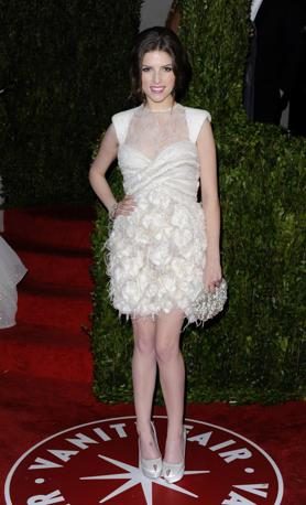 Bianca la pelle, bianco il vestito per Anna Kendrick, candidata alla statuetta dorata come miglior attrice non protagonista in «Tra le Nuvole», dove recita vicino a George Clooney. Mani vuote per lei ma un debutto sul red carpet del Kodak Theatre (Ap)