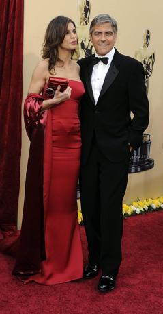 Coppia glamour d'eccellenza (per gli italiani): George Clooney con la sua Elisabetta Canalis in total red, bella anche se confidava: «Non vedo l'ora di mettermi un paio di jeans» (Epa)