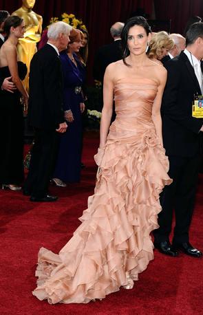 Demi Moore sceglie il rosa e tanti volant le danno un'aria un po' smarrita. Ma resta tra le più belle (Lapresse)