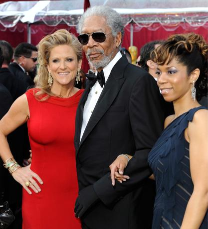 Morgan Freeman  tra la figlia Morgana e la  produttrice Lori McCreary (Ansa)