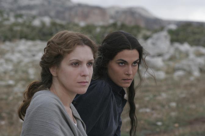 La Ragonese e la Solarino in una scena di «Viola di mare» (La Presse)