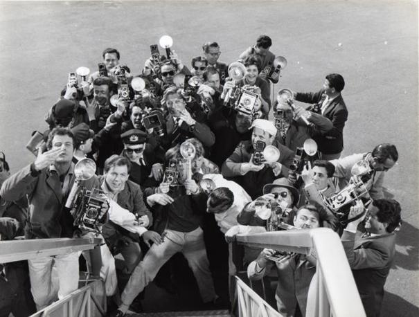 I fotografi all'arrivo dei divi del cinema, La Dolce Vita, 1960