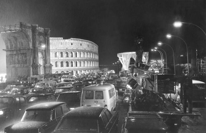 Il Colosseo ricostruito nello studio di Cinecittà per ROMA (1972) © Cineteca di Bologna/Reporters Associati