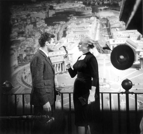 Marcello Mastroianni e Anita Ekberg sul set di LA DOLCE VITA (1960) © Cineteca di Bologna/Reporters Associati