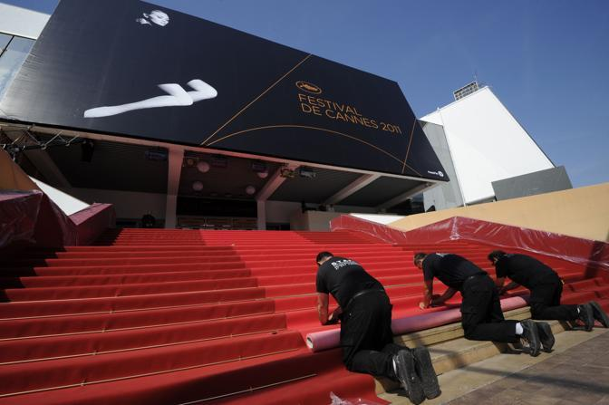 Ultimi preparativi alla Montée des Marches  per la 64esima edizione del Festival di Cannes (Afp)