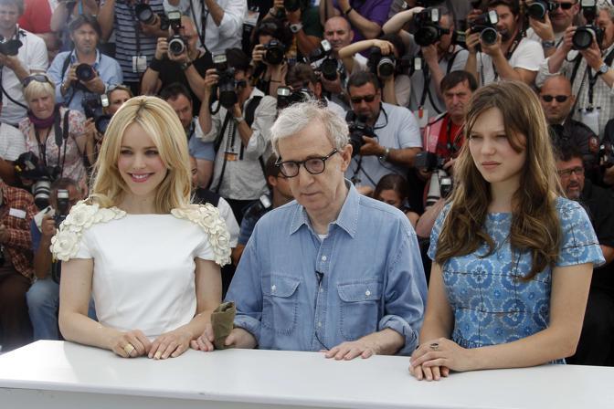 "Woody Allen con due delle interpreti di ""Midnight in Paris"", Rachel McAdams e Lea Seydoux (Afp)"