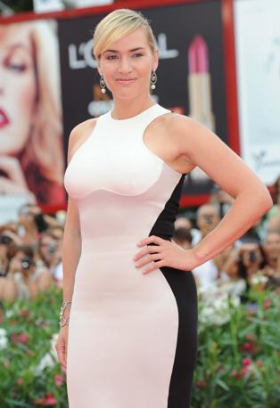 Kate Winslet in attillatissimo abito bianco sul red carpet di Venezia. L&#39;attrice americana presenta ben tre film in Laguna (Liverani)