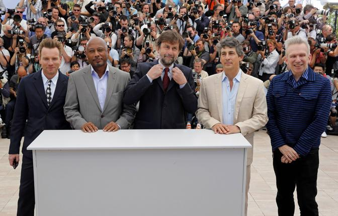 Giuria al maschile: da sinistra  Ewan McGregor, Raoul Peck, Nanni Moretti, Alexander Payne e Jean-Paul Gaultier (Reuters)