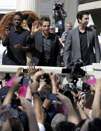 Folla di fan per Chris Rock, Ben Stiller e David Schwimmer  che hanno prestato la loro voce ai protagonisti del film animato �Madagascar 3- Europe's most wanted� (Reuters/Gaillard)