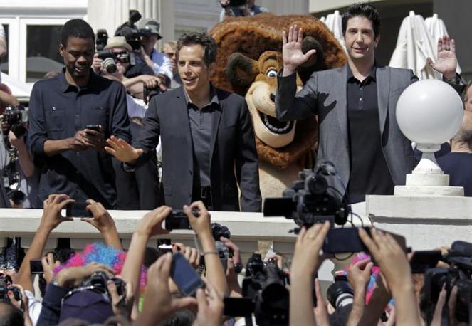I tre attori scherzano con i fan (Reuters/Gaillard)