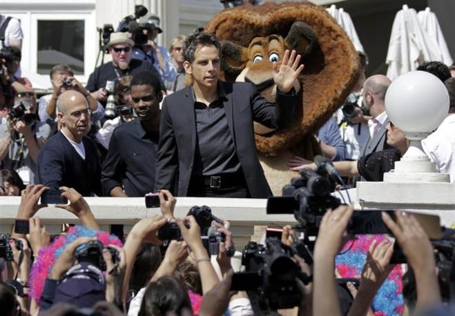 Ben Stiller saluta i fan sulla Croisette (Reuters/Gaillard)