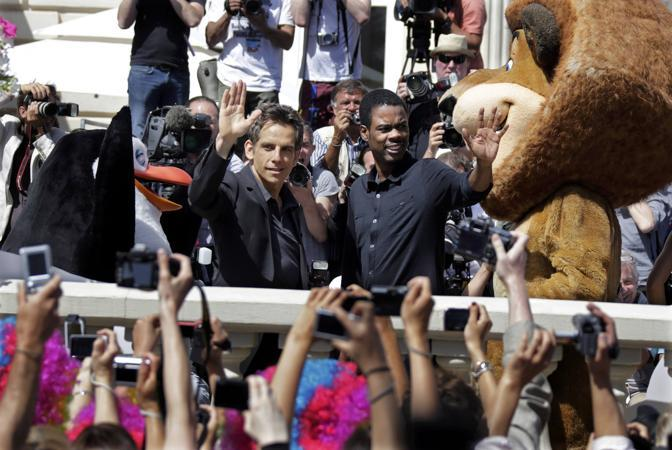 Ben Stller e Chris Rock con i pupazzi di �Madagascar 3� (Reuters/Gaillard)