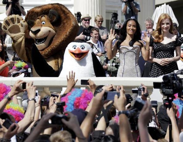 Jada Pinkett-Smith e Jessica Chastain insieme con i pupazzi di �Madagascar 3� (Reuters/Gaillard)