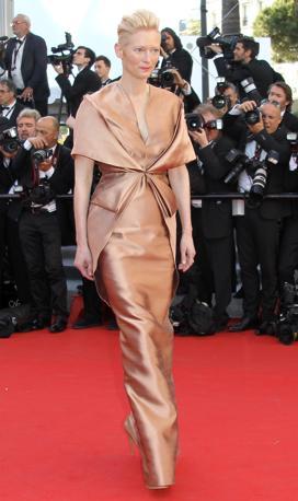 L'attrice inglese Tilda Swinton sul red carpet con un abito in seta dorata (Afpp/Hache)