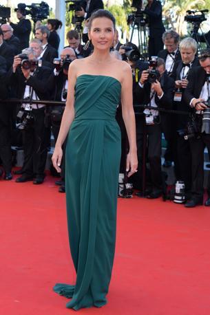Virginie Ledoyen arriva sul red carpe con un abito verde scuro (Afp/Pizzoli)