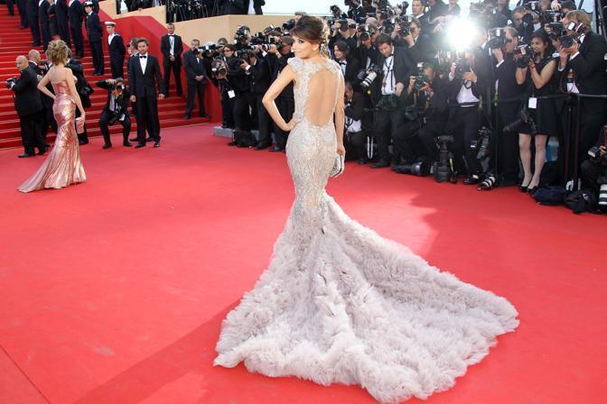La «casalinga disperata» Eva Longoria si è presentata sul red carpet con un avito Marchesa con un lungo strascico (Afp/Hache)