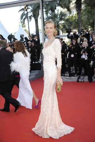 L'ex modella Eva Herzigova ha scelto un abito Dolce e Gabbana in pizzo doppiato di chiffon impreziosito da una cascata di gocce di cristalli (Lapresse/Mangiarotti)