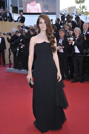 La cantante Lana Del Rey indossa un abito bustier nero di Alberta Ferretti in cady di seta con balze laterali di tulle plissettato ( Abacapress/Marechal)
