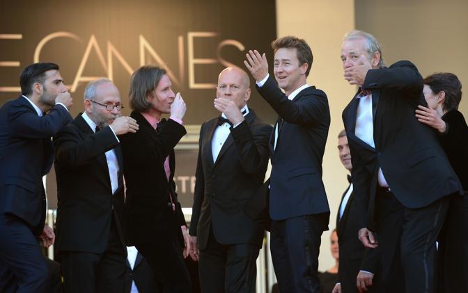 Gli attori di «Moonrise Kingdome» e il regista Wes Anderson lanciano baci al pubblico (Afp/Poujoulat)