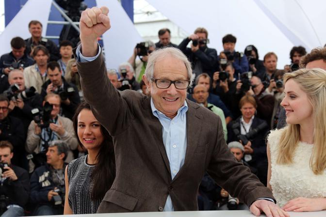 Il regista Ken Loach saluta con il pugno alzato  i fotografi a Cannes. Il regista britannico è arrivato sulla Croisette per presentare «The Angels Share» (Afp/Venance)