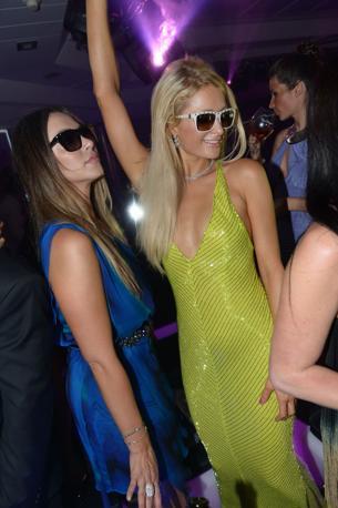 Feste vip a Cannes. Paris and Nicky Hilton scatenate alla Vip Room (LaPresse)