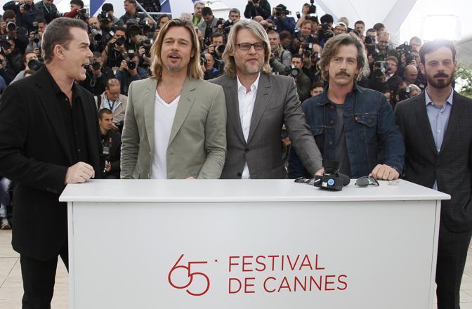 Brad Pitt a Cannes durante il photocall del suo ultimo film Killing Them Softly. Da sinistra gli altri membri del cast: Ray Liotta, Ben Mendelsohn, Scoot McNairy. Al centro il regista Andrew Dominik  (Reuters/Herman)