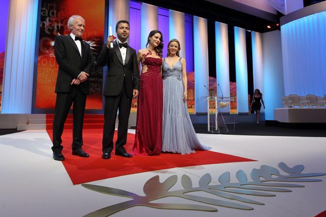 """Il regista turco Rezan Yesilbas (secondo da sinistra) con la Palma d'oro per il miglior cortometraggio con il suo """"Sessiz-be"""" (Afp)"""