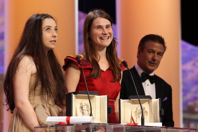 Le attrici romene Cosmina Stratan e Cristina Flutur ricevono il premio come migliori interpreti (Afp)