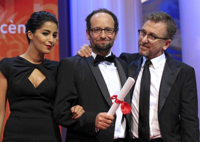 """Carlos Reygadas (al centro), premiato per la migliore regia con """"Post Tenebras Lux"""" (Reuters)"""
