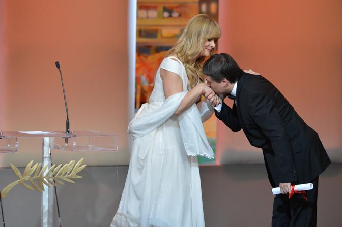 Il regista romeno Cristian Mungiu bacia la mano a Nastassja Kinski (Afp)