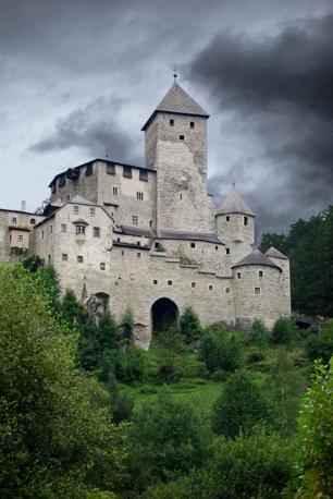 Campo Tures (Bolzano): nero sopra il castello. Fotografia di Mapo (dal sito rete.comuni-italiani.it)
